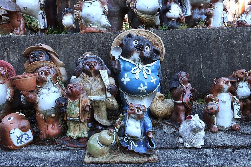 Ceramic tanuki figures in Shigaraki