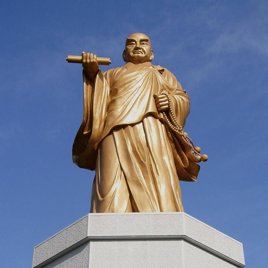 Gold statue of Nichiren
